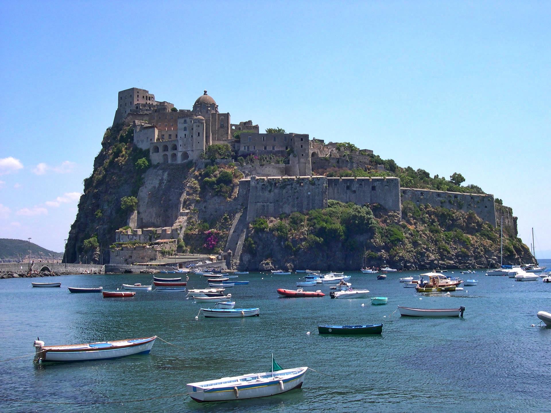 I segreti del Castello Aragonese: Ischia, isola del benessere e della storia.